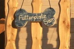 Holzdeko Knochen als Futterplatzmarkierung